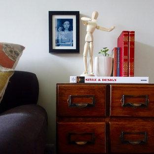 Immagine di un soggiorno moderno di medie dimensioni e chiuso con moquette, stufa a legna, cornice del camino in intonaco, TV autoportante e pareti bianche