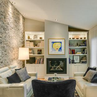 モントリオールの中サイズのコンテンポラリースタイルのおしゃれなリビング (グレーの壁、無垢フローリング、標準型暖炉、茶色い床) の写真