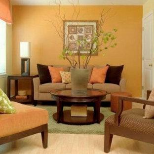 Idee per un soggiorno design di medie dimensioni e chiuso con pareti arancioni, parquet chiaro e nessuna TV