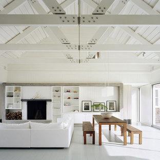 Ispirazione per un ampio soggiorno minimal con pareti bianche, cornice del camino in mattoni e pavimento bianco