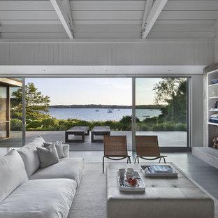На фото: гостиная комната в морском стиле с стандартным камином и фасадом камина из кирпича с