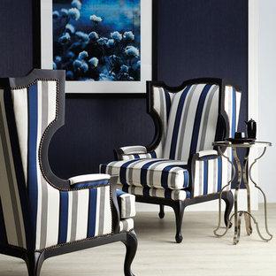 Foto de salón para visitas cerrado, tradicional renovado, pequeño, sin chimenea y televisor, con paredes azules y suelo de madera clara