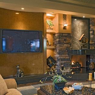 Esempio di un ampio soggiorno stile americano aperto con sala formale, pareti beige, camino classico, cornice del camino in mattoni, TV a parete, soffitto a volta e pareti in mattoni
