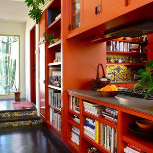 Mediterranes Wohnzimmer mit Betonboden und weißer Wandfarbe in Santa Barbara