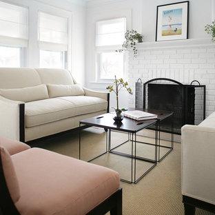 Idéer för små maritima allrum med öppen planlösning, med vita väggar, ett finrum, en standard öppen spis, en spiselkrans i tegelsten, mörkt trägolv och brunt golv