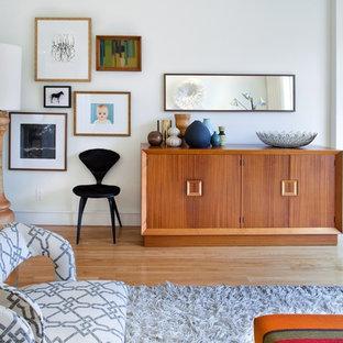Réalisation d'un salon nordique avec un mur blanc et un sol en bois clair.