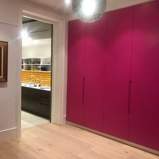 Idee per un soggiorno minimal di medie dimensioni e chiuso con pareti rosa, parquet chiaro, TV nascosta e pavimento beige