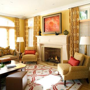 Foto de salón contemporáneo con paredes amarillas