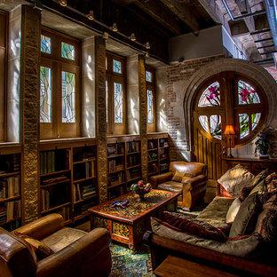 Imagen de biblioteca en casa tipo loft, moderna, grande, sin chimenea y televisor, con paredes marrones y suelo de madera oscura