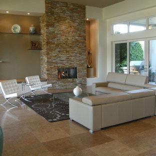 Esempio di un soggiorno minimalista aperto con pareti beige, cornice del camino in pietra e pavimento in travertino