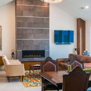 Неиссякаемый источник вдохновения для домашнего уюта: большая открытая гостиная комната в стиле модернизм с белыми стенами, полом из керамической плитки, горизонтальным камином, фасадом камина из плитки и телевизором на стене