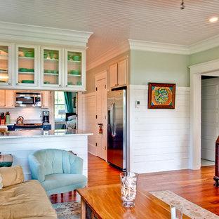 Cette image montre un salon victorien avec un mur vert.