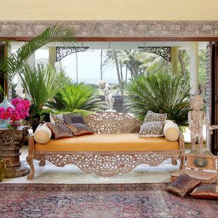 Idee per un ampio soggiorno etnico aperto con sala formale, pareti gialle, nessun camino e nessuna TV