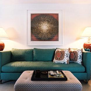 На фото: гостиные комнаты в стиле фьюжн с белыми стенами