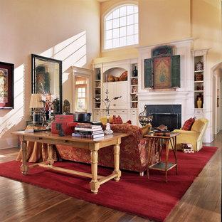 Klassisches Wohnzimmer mit gelber Wandfarbe und verstecktem TV in Portland