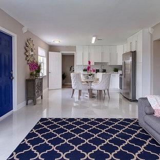 マイアミの小さいモダンスタイルのおしゃれなLDK (グレーの壁、磁器タイルの床、暖炉なし、テレビなし、白い床) の写真