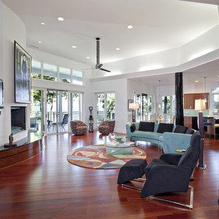 Пример оригинального дизайна: гостиная комната в современном стиле с белыми стенами и красным полом