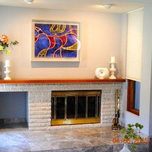 Immagine di un soggiorno contemporaneo di medie dimensioni e chiuso con sala formale, pareti blu, moquette, camino classico, cornice del camino in mattoni e pavimento rosa