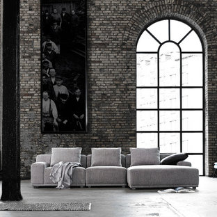 Modelo de salón para visitas abierto, urbano, de tamaño medio, sin chimenea y televisor, con paredes grises, suelo de cemento y suelo gris