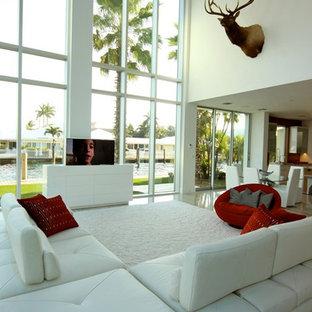 マイアミの大きいモダンスタイルのおしゃれなLDK (暖炉なし、白い壁、内蔵型テレビ、大理石の床、フォーマル) の写真
