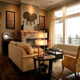 バンクーバーのトラディショナルスタイルのおしゃれなリビング (茶色い壁、標準型暖炉) の写真