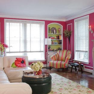Diseño de salón abierto, tradicional, grande, con paredes rosas, chimenea tradicional, suelo de madera oscura, marco de chimenea de hormigón, televisor colgado en la pared y suelo marrón