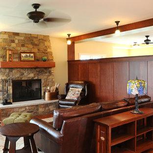 Idee per un piccolo soggiorno american style chiuso con pareti bianche, parquet scuro, camino classico, cornice del camino in pietra, sala formale e nessuna TV