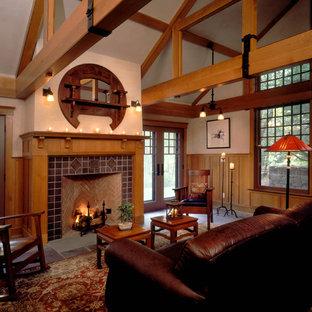 Idee per un soggiorno american style di medie dimensioni e aperto con pareti beige, pavimento in ardesia, camino classico, cornice del camino piastrellata e nessuna TV