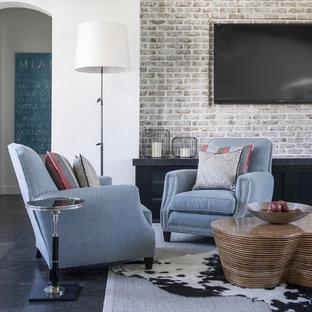 Diseño de salón para visitas abierto, bohemio, grande, con paredes blancas, televisor colgado en la pared y suelo de piedra caliza