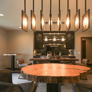 Foto di un grande soggiorno tradizionale aperto con angolo bar, pareti grigie, pavimento in cemento, TV a parete e pavimento grigio