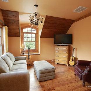 Ejemplo de salón con rincón musical cerrado, tradicional, de tamaño medio, sin chimenea, con parades naranjas, suelo de madera clara y televisor independiente