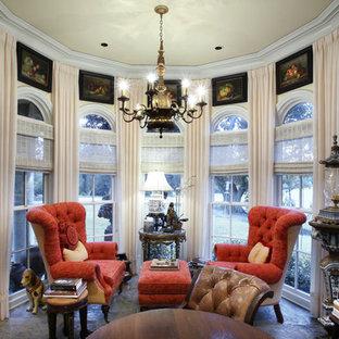 ニューオリンズの中サイズのヴィクトリアン調のおしゃれな独立型リビング (フォーマル、黄色い壁、コンクリートの床、暖炉なし、テレビなし) の写真