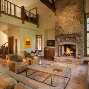 Idee per un soggiorno chic con cornice del camino in pietra, nessuna TV e pavimento beige