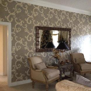 Foto de salón para visitas abierto, tradicional, de tamaño medio, con paredes beige, moqueta, chimenea tradicional, marco de chimenea de baldosas y/o azulejos y televisor en una esquina