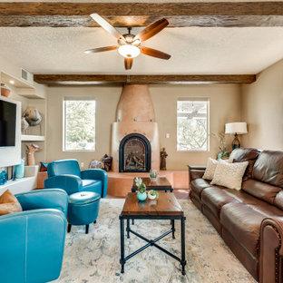 Imagen de salón abierto, de estilo americano, pequeño, con paredes marrones, suelo de ladrillo, marco de chimenea de yeso, pared multimedia y suelo rojo