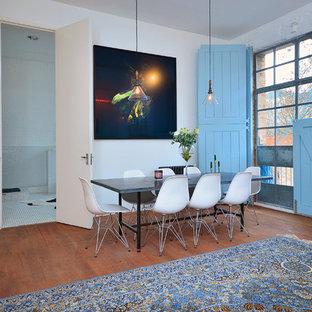 ロンドンの巨大なインダストリアルスタイルのおしゃれなLDK (白い壁、濃色無垢フローリング、暖炉なし、据え置き型テレビ) の写真