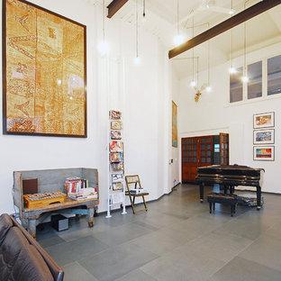 ロンドンの巨大なインダストリアルスタイルのおしゃれなリビングロフト (ミュージックルーム、白い壁、セラミックタイルの床、暖炉なし) の写真