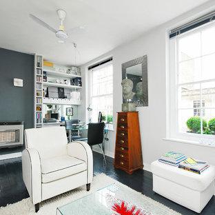 ロンドンの小さいビーチスタイルのおしゃれなLDK (白い壁、塗装フローリング、暖炉なし、壁掛け型テレビ) の写真
