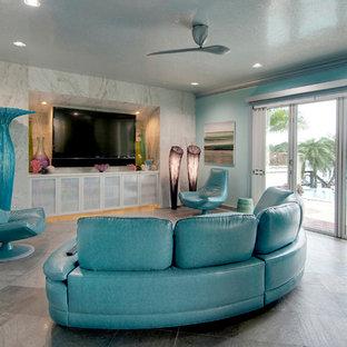 Foto di un soggiorno boho chic di medie dimensioni e aperto con pareti multicolore, pavimento in ardesia, nessun camino e TV a parete