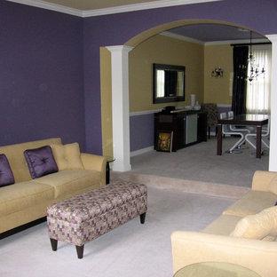 Esempio di un soggiorno minimal di medie dimensioni e aperto con sala formale, pareti viola e moquette
