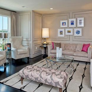 Aménagement d'un salon éclectique avec un mur beige.
