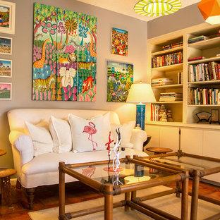 マイアミの中くらいのエクレクティックスタイルのおしゃれな独立型リビング (フォーマル、グレーの壁、トラバーチンの床、暖炉なし、テレビなし、オレンジの床) の写真