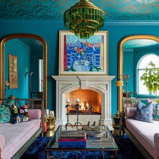Idée de décoration pour un salon tradition avec un mur bleu, une cheminée standard, un manteau de cheminée en pierre, un sol bleu et un plafond en papier peint.