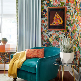 Immagine di un soggiorno classico con pareti multicolore, pavimento in legno massello medio e pavimento rosso