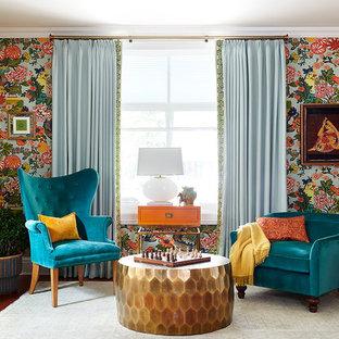 Modelo de salón bohemio, sin chimenea, con paredes multicolor y suelo de madera en tonos medios