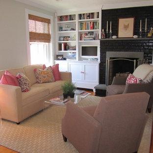 Repräsentatives, Fernseherloses, Mittelgroßes, Abgetrenntes Klassisches Wohnzimmer mit weißer Wandfarbe, Sperrholzboden, Kamin und Kaminsims aus Backstein in Boston