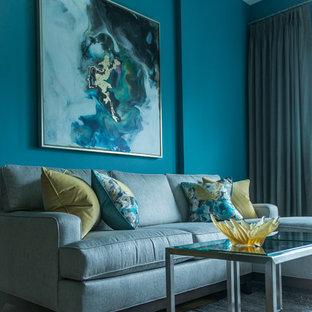 Modelo de salón tipo loft, minimalista, de tamaño medio, con paredes azules, suelo de madera clara, chimenea tradicional, marco de chimenea de madera, pared multimedia y suelo amarillo