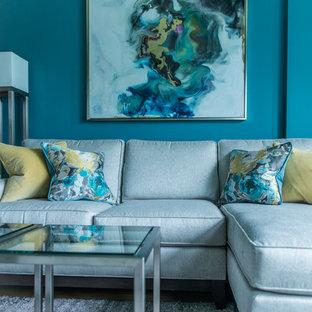 Immagine di un soggiorno minimalista di medie dimensioni e stile loft con pareti blu, parquet chiaro, camino classico, cornice del camino in legno, parete attrezzata e pavimento giallo