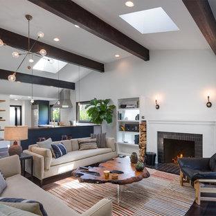 Idee per un ampio soggiorno contemporaneo aperto con pareti bianche, parquet scuro, camino classico, cornice del camino piastrellata, nessuna TV e pavimento marrone