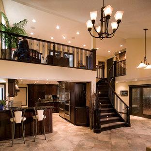 Immagine di un soggiorno classico di medie dimensioni e stile loft con sala formale, pareti beige, pavimento con piastrelle in ceramica, nessun camino e nessuna TV
